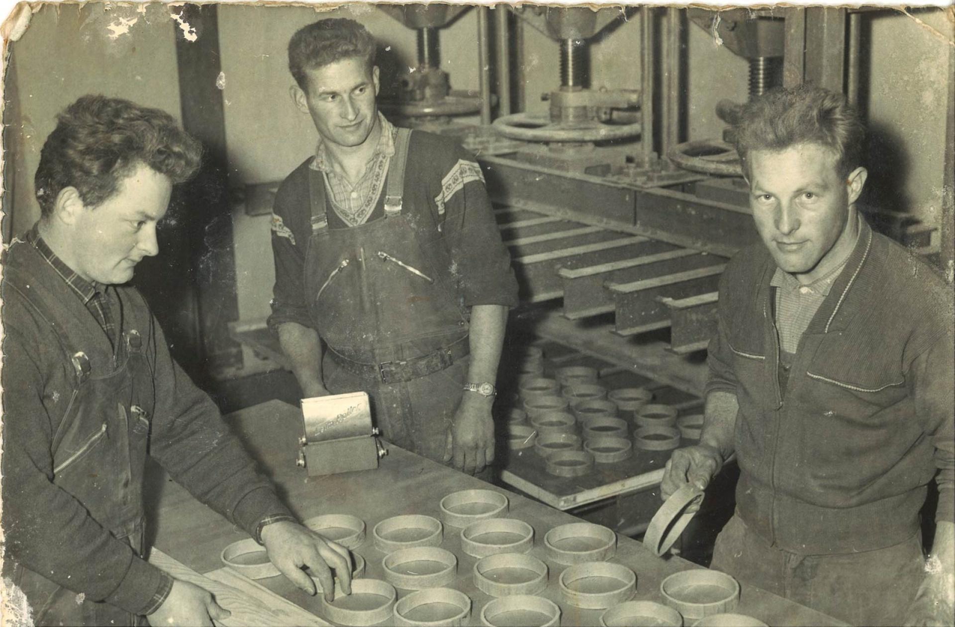 Les frères Myotte-Duquet dans l'atelier de menuiserie